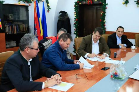 A fost semnat contractul pentru construirea primului bazin didactic de înot din Bihor, la Săcueni. Valoarea lucrărilor - 4,5 milioane de lei (FOTO)