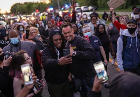 'Aceşti poliţişti vă iubesc'. Cum empatizează forţele de ordine cu protestatarii din SUA (VIDEO)