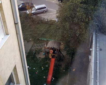 Se întâmplă în Oradea: Un adolescent, fotografiat în timp ce urinează într-un loc de joacă pentru copii