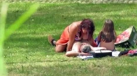 Scene halucinante într-un parc: Doi adulţi, filmaţi în timp ce făceau sex de faţă cu fetiţa lor (VIDEO)