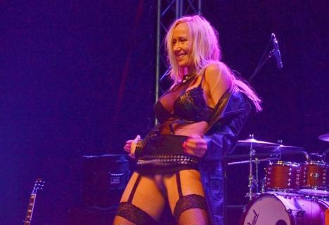 Bere, sex şi rock and roll: Întâlnirea motociclistică a clubului White Wolves a culminat cu un show erotic (FOTO / VIDEO)