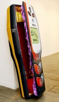 La alegere: sicriu celular, avion sau sticlă de Cola (FOTO)