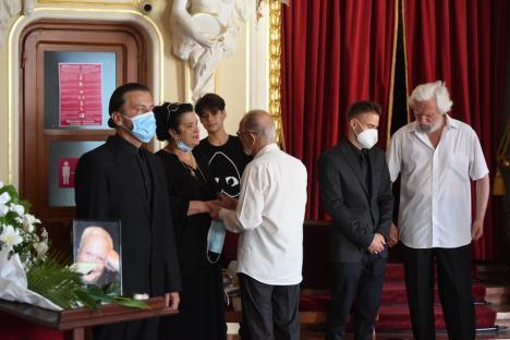 Mircea Bradu, ultima vizită la Teatru. Familia şi oamenii de cultură din Bihor şi-au luat rămas bun de la dramaturg (FOTO)