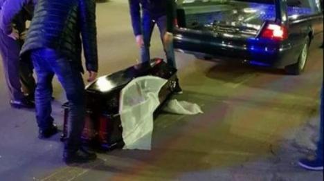 Scene horror, în trafic: Un sicriu a căzut din maşina mortuară cu tot cu mort (VIDEO)