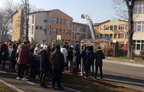 Foc în laboratorul de informatică: Elevii de la Colegiul Economic din Oradea au simulat un incendiu în şcoală (FOTO / VIDEO)