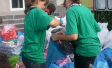 PDL împarte ajutoare pentru sinistraţi în sate ocolite de inundaţii
