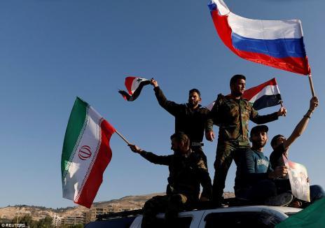Primele imagini din Siria, după atacul SUA şi al aliaţilor. Sute de sirieni au ieşit în stradă: 'Nu ne este frică' (FOTO)