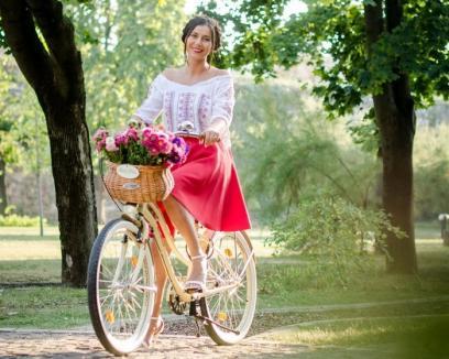 Pe bicicletă, în fustă şi ie: Orădencele sunt invitate, duminică, la SkirtBike