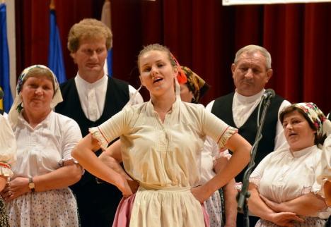 Tineri slovaci sosiţi din mai multe ţări îşi vor cânta şi dansa tradiţiile pe Valea Cerului