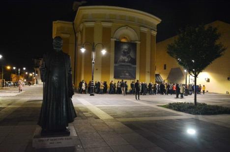 Credincioşii ortodocşi şi greco catolici din Oradea au înfruntat vremea rea pentru a lua lumina Învierii (FOTO / VIDEO)
