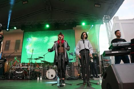 Smiley a fost al gojdiștilor! În premieră, în Oradea o asemenea vedetă le cântă elevilor în curtea școlii (FOTO / VIDEO)