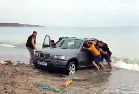 'Cocălăria' se plăteşte! Amendă de 10.000 de lei pentru şoferul de BMW care a intrat cu maşina în mare (VIDEO)