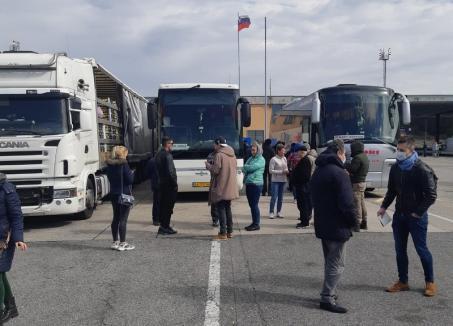 Patru şoferi din Oradea, blocaţi de aproape două zile la graniţa Italiei cu Slovenia (VIDEO)