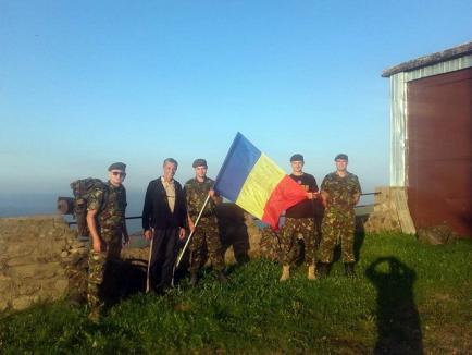 Tricolorul, cinstit la înălţime: Patru soldaţi au urcat cu steagul românesc pe Vârful Bihor (FOTO)