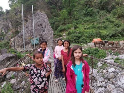 Micuța Sophie, fetița munților, s-a întors acasă: împreună cu mama ei, a urcat până la 5.160 de metri, pe vârful Manaslu (FOTO)