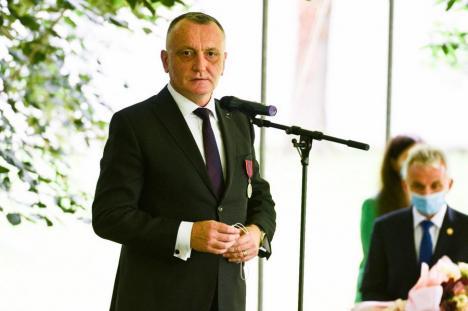 În 'România educată', ministrul de resort, Sorin Cîmpeanu, îşi ascunde cărţile, articolele şi teza de doctorat