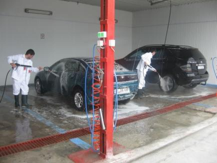 """Controale ITM la spălătorii auto: Amenzi pentru muncă """"la negru"""" şi nerespectarea programului de lucru"""
