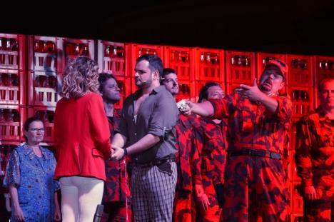 Operă... cu TIR-ul: Orădenii au descoperit 'Elixirul dragostei', alături de artiştii Operei Maghiare de Stat din Budapesta (FOTO)