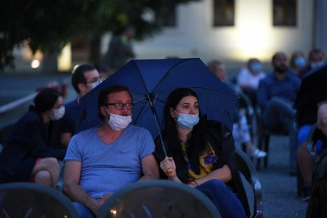 """Vremea n-a ţinut cu """"Creştinii"""": Reîntâlnirea dintre actorii Teatrului Regina Maria şi spectatorii orădeni, întreruptă de ploaie (FOTO)"""