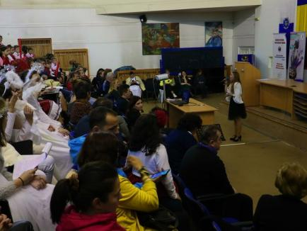 Spectacol pentru fundația lui Mihai Neșu: Elevii de la maimulte școli din Oradea și Aleșd au colindat la Universitate(FOTO / VIDEO)