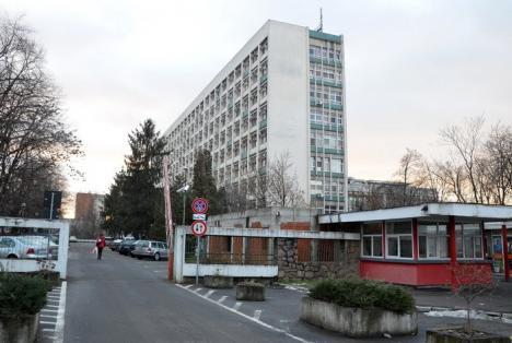 Primăria demolează clădirile de la intrarea în Spitalul Municipal Gavril Curteanu