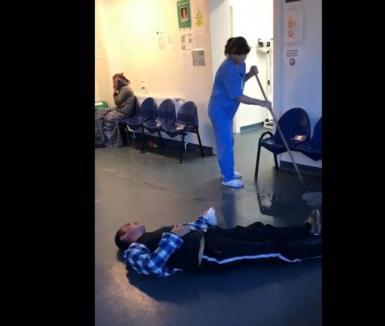 Imagini şocante într-un spital din România: un pacient zace pe jos, o infirmieră şterge cu mopul lângă el fără să-i pese (VIDEO)