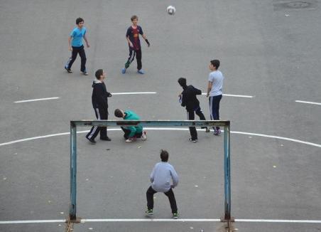 Liber pe teren! Orădenii vor putea bate mingea gratuit în curtea şcolilor