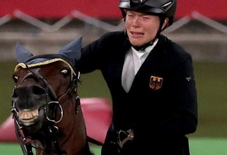 În lacrimi, la Jocurile Olimpice: O sportivă a pierdut aurul, după ce calul ei a refuzat să sară (VIDEO)