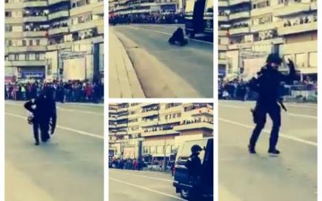 Moment penibil: O angajată SRI a căzut din maşina Brigăzii antitero, în timpul paradei de la Alba Iulia