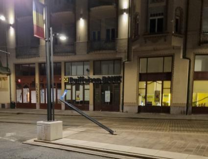IPJ Bihor: Stâlpul din centrul Oradiei a fost doborât de un echipaj de poliţie, care a părăsit locul incidentului!