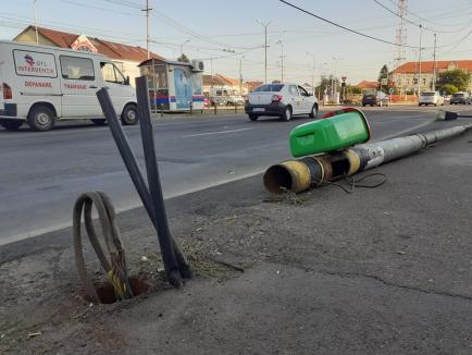 Circulația tramvaielor întreruptă, în zona Decebal din Oradea, după ce un stâlp de electricitate s-a prăbușit peste șosea (FOTO / VIDEO)