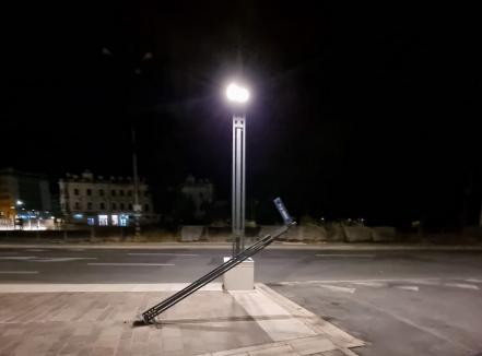 Stâlp de fier din Piaţa Unirii din Oradea, doborât de un șofer care a fugit. Printre suspecți, un echipaj al Poliției (FOTO)