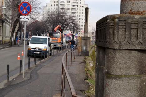 La refăcut! A început demontarea stâlpilor şi balustradei din zona podului Sfântul Ladislau (FOTO)