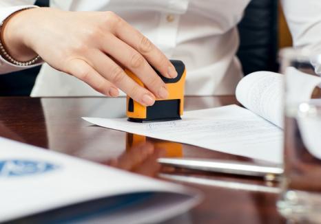 Noutate legislativă importantă: Funcţionarii care cer ştampilarea documentelor riscă să fie sancţionaţi!