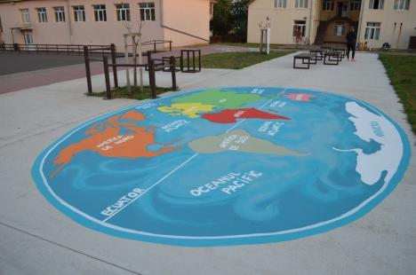 Învăţare prin joacă: Graţie unor voluntari, două şcoli din Bihor au fost dotate cu locuri de joacă inedite (FOTO)