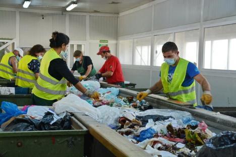 Drumul reciclării: Cum sunt sortate deşeurile valorificabile adunate din Oradea pentru a fi transformate în noi produse (FOTO/VIDEO)