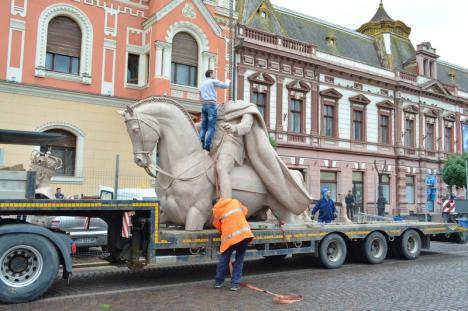 Regele Ferdinand a ajuns în centrul Oradiei. Statuia lui Mihai Viteazul va fi dată jos de pe soclu astăzi (FOTO / VIDEO)