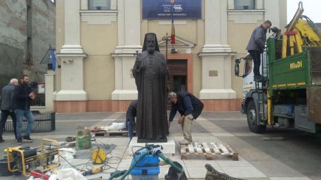 Față-n față: Statuile episcopilor Demetriu Radu și Roman Ciorogariu au fost amplasate în Piața Unirii din Oradea (FOTO / VIDEO)