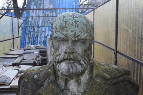 Salvaţi-l pe Gojdu! Primăria Oradea, 'pârâtă' la Guvern pentru că a abandonat statuia lui Emanuil Gojdu în Ştrandul Ioşia (FOTO)