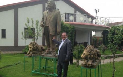 Mândrie oltenească: Un afacerist din Craiova şi-a făcut statuie