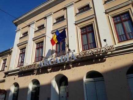 În sfârşit! Teatrul Arcadia a înlocuit cârpele din port-stindard cu steaguri noi şi curate