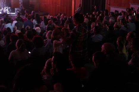 Mereu la modă: Ștefan Bănică a umplut sala și i-a ridicat pe orădeni de pe scaune (FOTO / VIDEO)