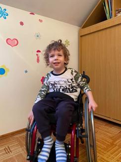 Asociația pentru micuțul Noel strânge capace din plastic pentru a-l salva pe Ștefan, micuțul orădean bolnav de SMA 1. Vezi unde poți dona!