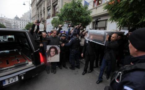 Stela Popescu este condusă pe ultimul drum. Mii de oameni la înmormântarea actriţei (VIDEO)