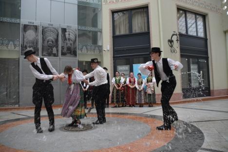 În ciuda ploii: Tinerii din Borş şi Biharia au făcut o demonstraţie a obiceiului de stropit fetele, în Pasajul Vulturul Negru (FOTO)