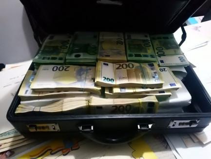 Şeful Serviciului Permise din Suceava primea chiar şi 20.000 de euro şpagă într-o singură zi!