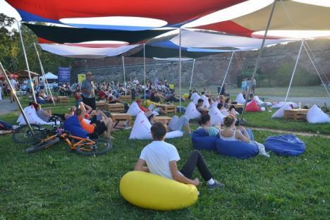 Festivalul de film în aer liber a debutat cu succes. Prima proiecţie: documentarul 'Doar o răsuflare', realizat de o orădeancă (FOTO)