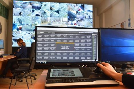 Căldură mare! Poliţiştii orădeni de la dispeceratul sistemului de supraveghere video se 'coc' de la server