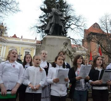 PPMT şi UDMR s-au războit din prima zi a anului pentru întâietate la statuile maghiarimii
