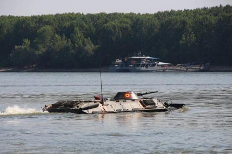 A luat apă! Un TAB 77 al Armatei Române s-a scufundat în Dunăre în timpul unui exerciţiu militar